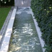 langes, schmales Wasserbecken mit Wasserspeier