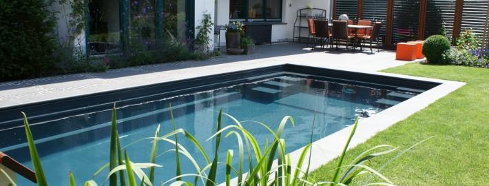 Swimmigpool in Uelzen mit anthrazit-farbigen Becken