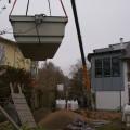 Der Autokran hebt den Pool im Bau in Uelzen
