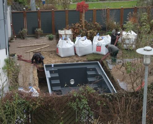Das Becken steht in der Baugrube. Pool im Bau in Uelzen, Munster, Celle und Lüneburg und der ganzen Lüneburger Heide
