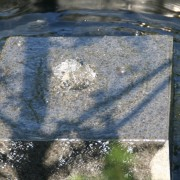 Quadratischer Quellstein vom Teichmeister für Uelzen, Lüneburg, Gifhorn, Celle und Muster