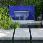 Wasserbecken mit blauer Wasserwand, Wasserfall oder Wasserschütten
